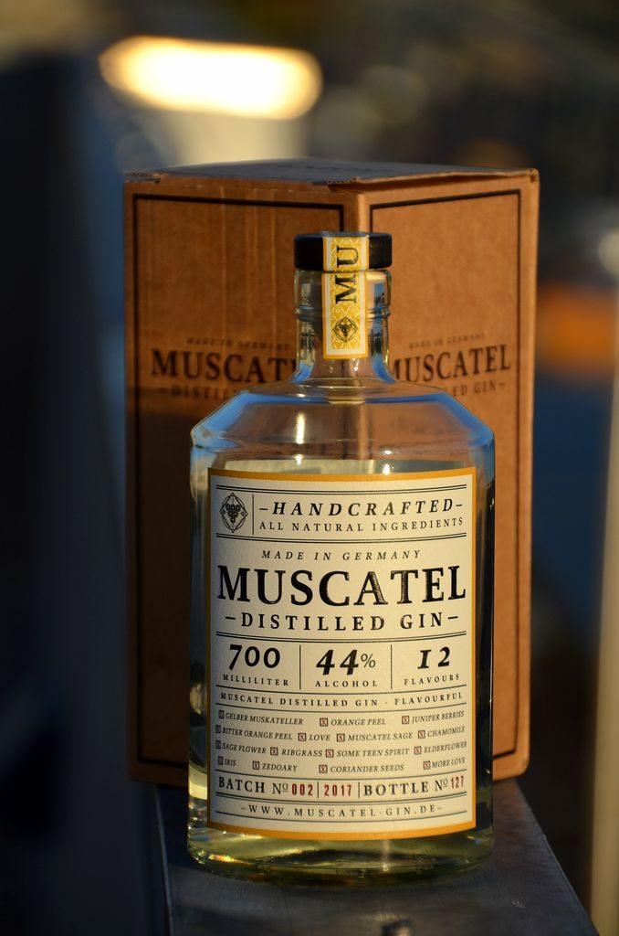 Muscatel Distilled Gin Flasche vor Verpackung