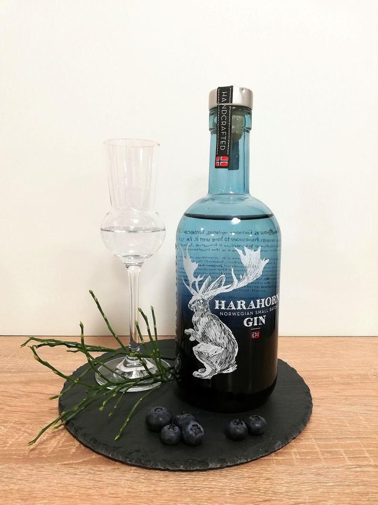 Harahorn Gin Flasche mit dekorativen Elementen