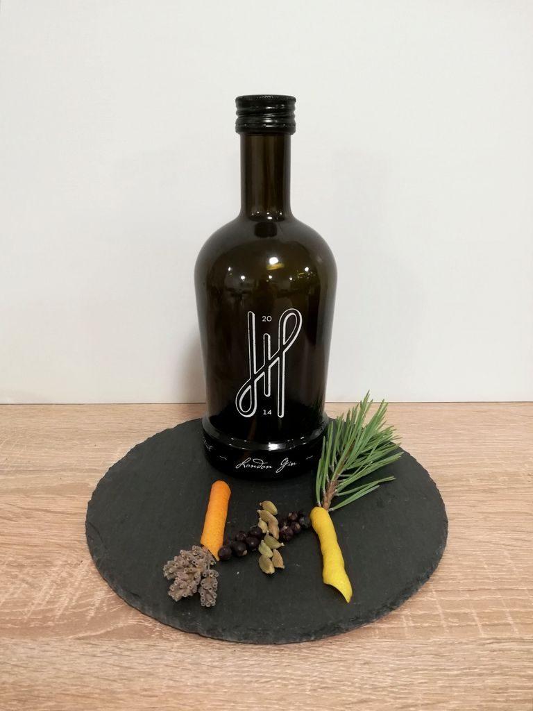 Hoos London Gin Flasche mit dekorativen Botanicals