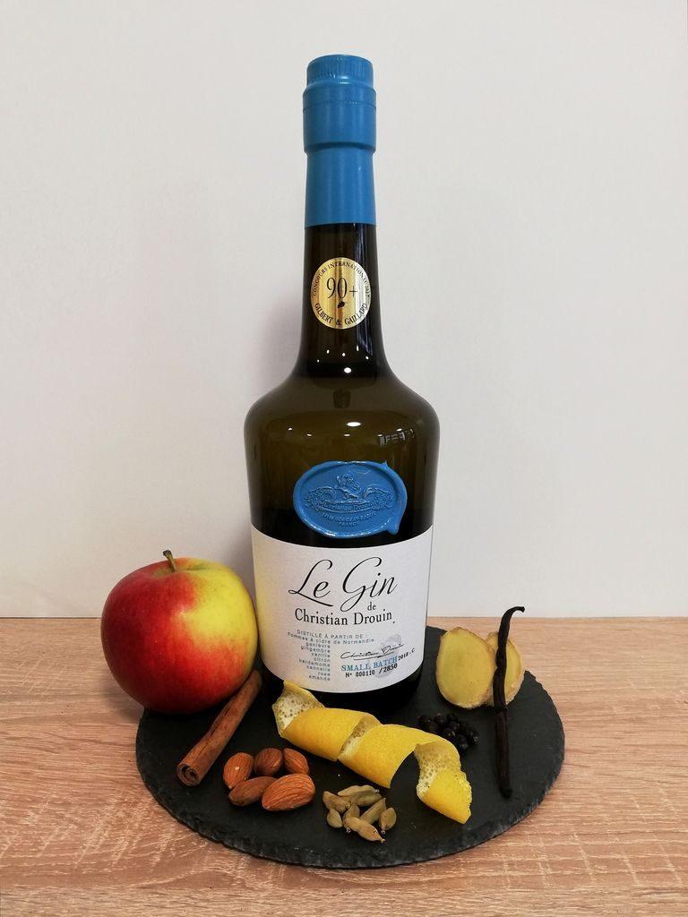 Le Gin Flasche umgeben von dekorativen Früchten