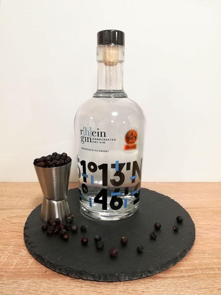R[h]ein Gin Flasche mit getrockneten Wacholderbeeren