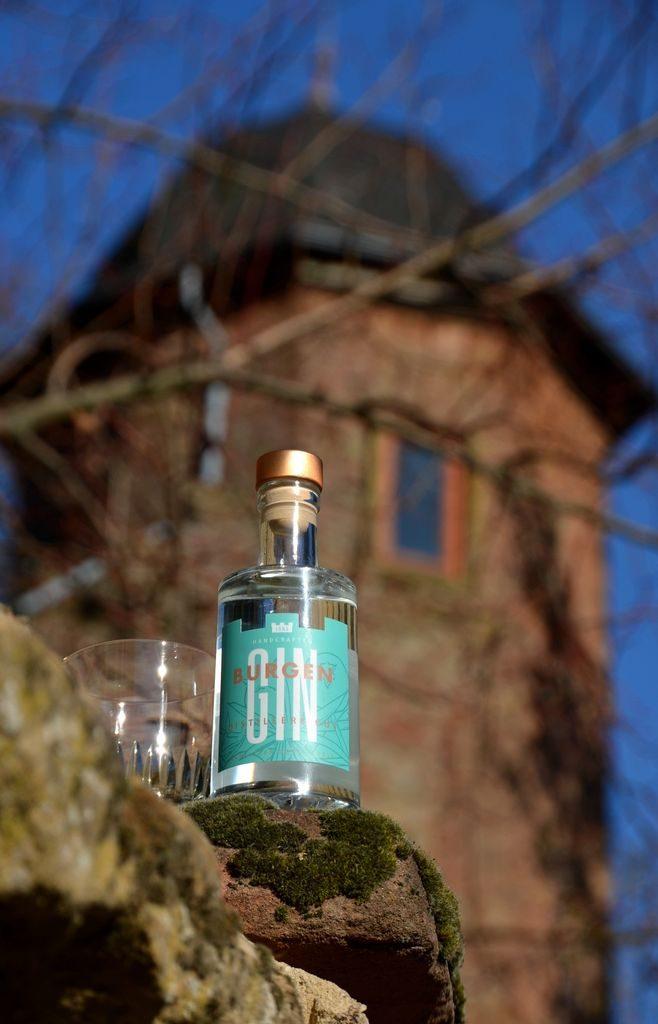 Burgen Gin Distiller's Cut vor einer Burg