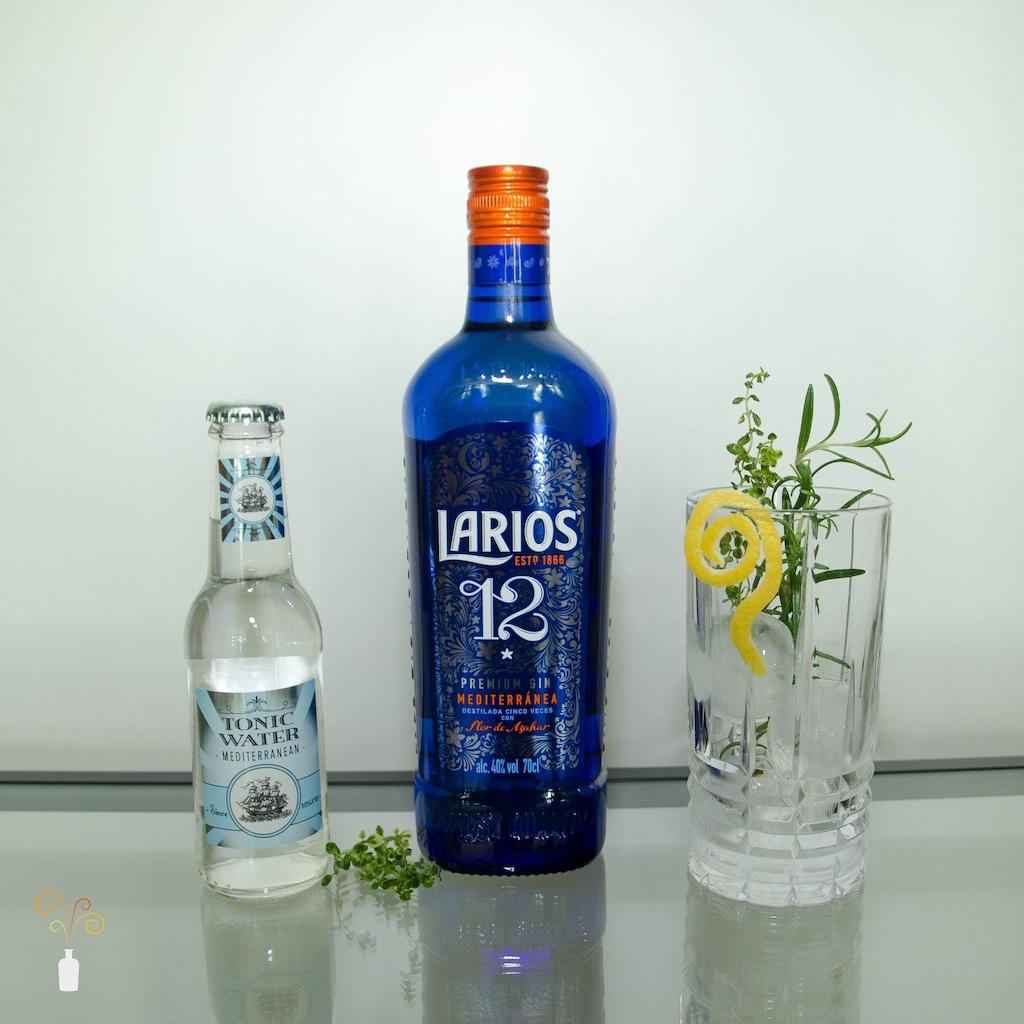 Eine Flasche des Larios 12 Gin mit Mediterranean Tonic also Perfect Serve