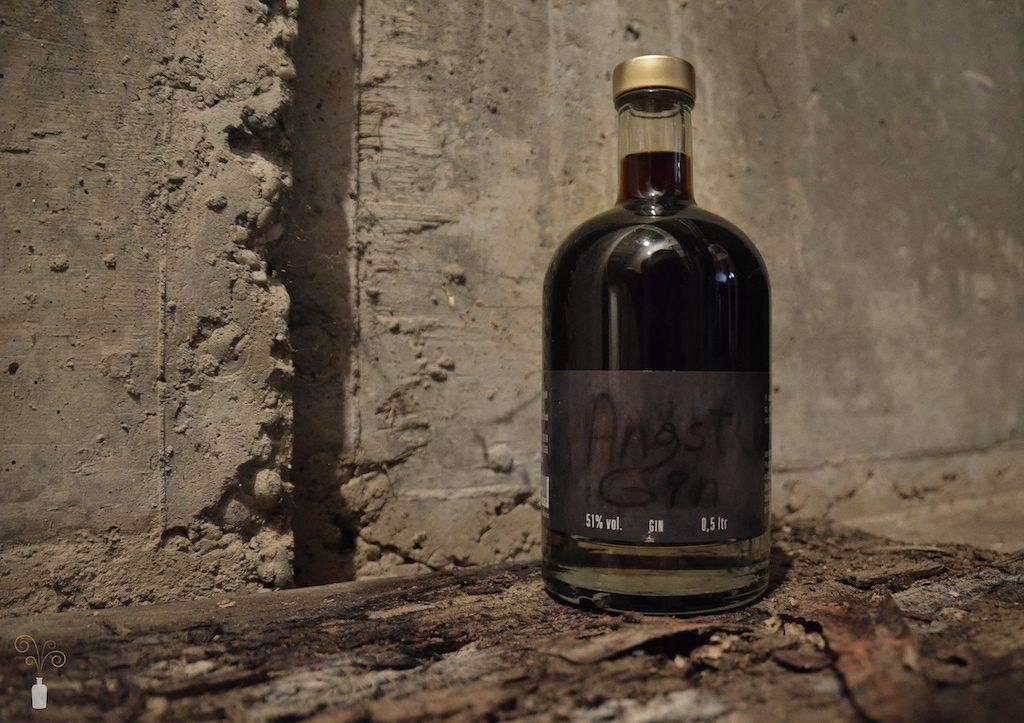 Foto des Angst Gin der Sylter Likörwerkstatt vor einer Mauer