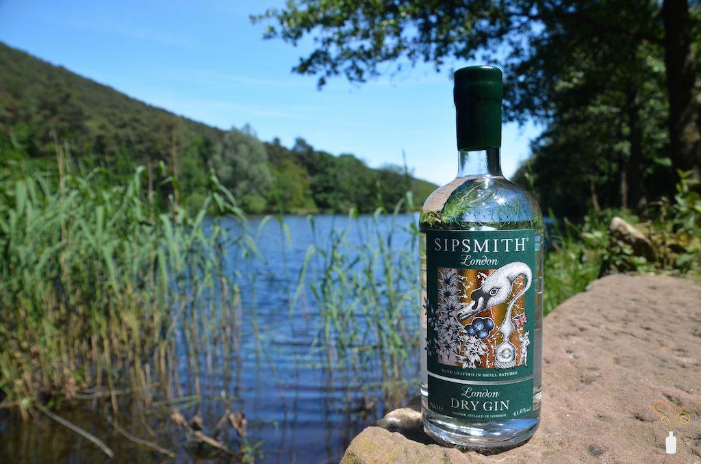 Sipsmith London Dry Gin vor einem Teich