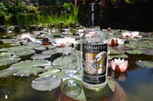 Sipsmith V.J.O.P. London Dry Gin Flasche mit Glas auf Seerosenblatt in einem Teich