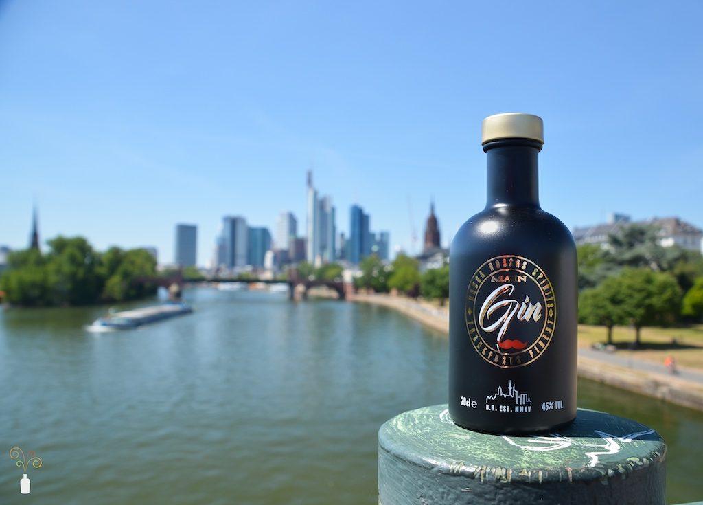 Babba Rossas Main Gin mit Skyline von Frankfurt im Hintergrund