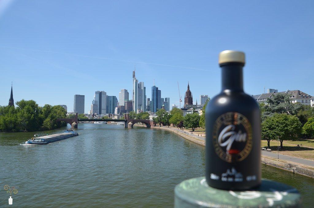 Frankfurter Skyline mit Babba Rossas Main Gin unscharf im Vordergrund