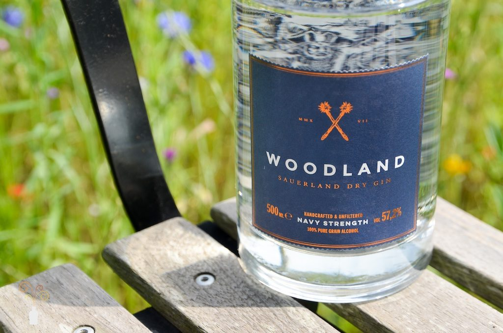 Detailaufnahme des Woodland Sauerland Navy Strength Gin Etiketts vor natürlichem Hintergrund