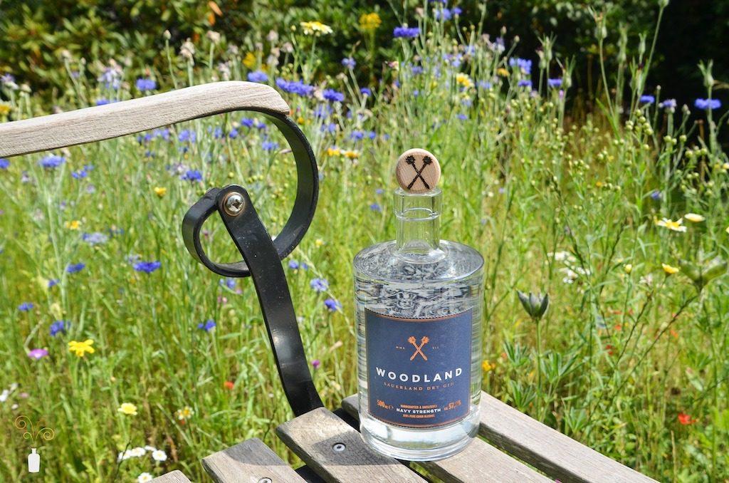 Foto des Woodland Sauerland Navy Strength Gin in natürlicher Umgebung