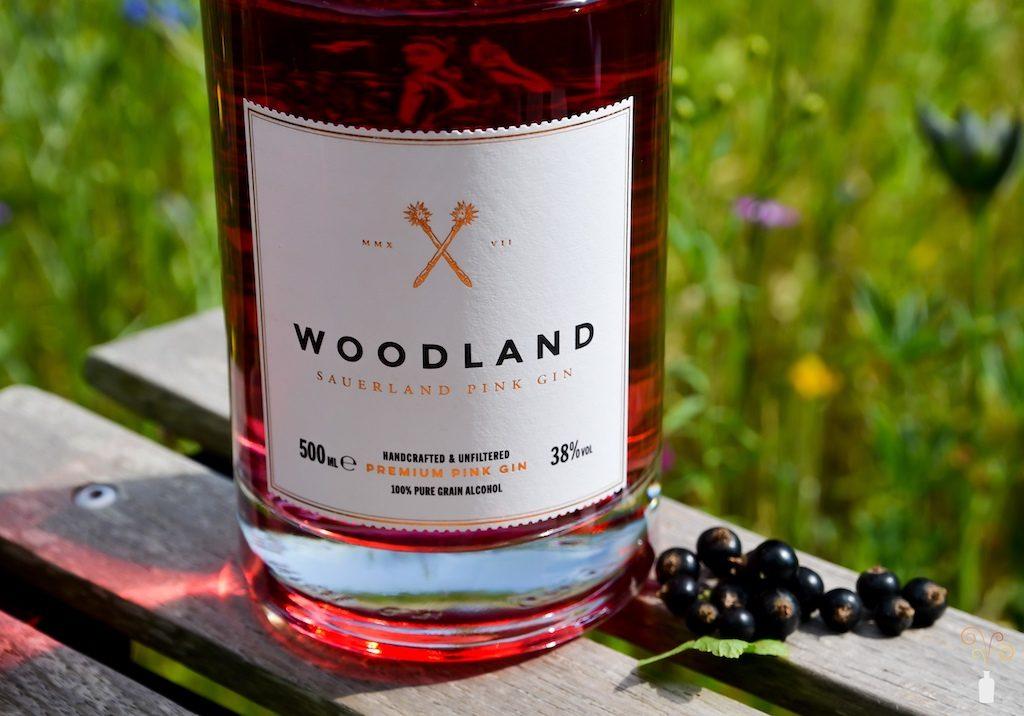 Detailaufnahme des Woodland Sauerland Pink Gin mit schwarzen Johannisbeeren