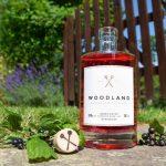Foto des Woodland Sauerland Pink Gin in natürlicher Umgebung