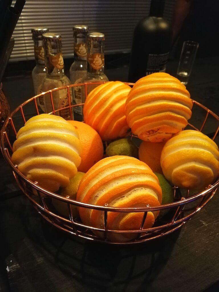 Geschälte Zitronen und Orangen auf dem Hofheimer Gin Festival